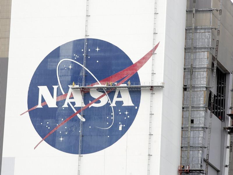 Основатели Google спасают исторический ангар NASA