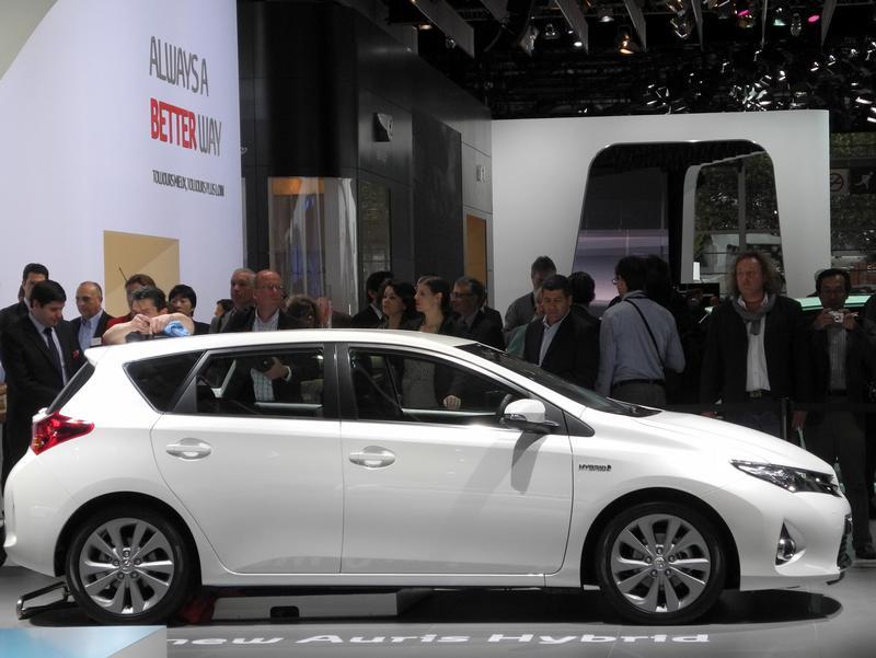 Эко-звезды на выставке в Париже - Toyota Auris Hybrid