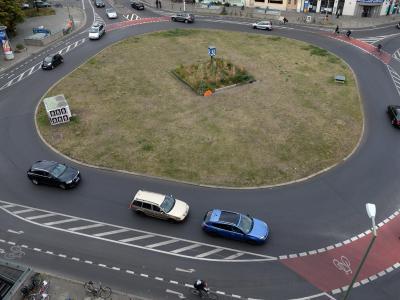 Vorsicht beim Kreisverkehr:Ohne Blinker rein und blinkend raus