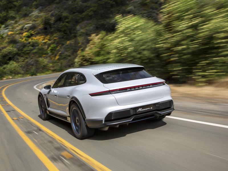 Porsche Ecar Digitale Revolution im Cockpit</h3> <p>&#8222;></h3> <h3>Mit der «Power of Silence»</h3> <p>Das ist beim Blick auf den Antrieb des Showcars ein <!--more-->Leichtes. Denn auch eingefleischte Sportwagenfahrer werden sich einer Leistung von mehr als 441 kW/600 PS nicht verschließen und aufhorchen, wenn man ihnen einen Sprint von 0 auf 100 km/h in weniger als 3,5 Sekunden und ein Spitzentempo weit jenseits von 250 km/h verspricht. Und dass die Geräuschkulisse im Elektroauto eine andere ist als bei einem Verbrenner, daran gewöhnt man sich. Schließlich hat die «Power of Silence» auch ihren Reiz, wenn sich Beschleunigen anfühlt wie Beamen.</p> <div id=